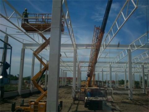 Bumar Fablok T 254 - podczas pracy przy montażu dachu z dużej firmy.