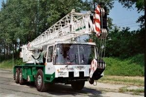 Żuraw samojezdny Bumar Fablok - ujęcie z frontu.