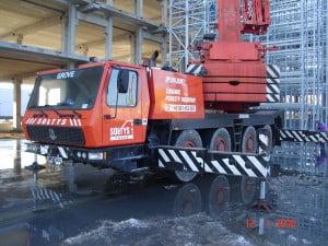 Grove GMK 4075 podczas realizacji w hali fabrycznej.