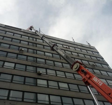 Grove GMK 4075 realizuje zadania na zewnątrz budynku.