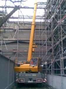 KRUPP KMK 2020 - montaż konstrukcji stalowej z wewnątrz, widoczne bardzo mało miejsca i stalowe rusztowania.