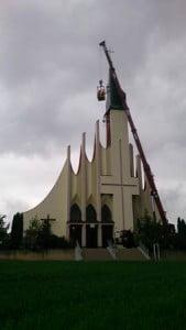 Liebherr LTM 1050 - montaż dzwonnicy w małym kościele