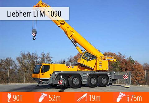 Dźwig Liebherr LTM 1090 - z rozłożonym hakiem podczas pracy.