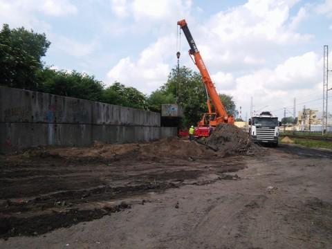 Ujęcie z dalszej strony - dźwig pracuje w Katowicach, podpora zostaje przeniesiona nad nowe miejsce.