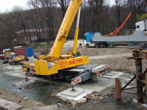 Trwa podczepianie elementów mostu