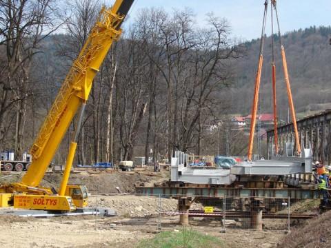 Rozpoczynamy podnoszenie części mostu