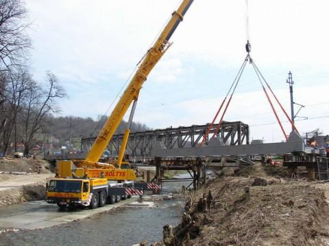 Unoszenie części składowej mostu