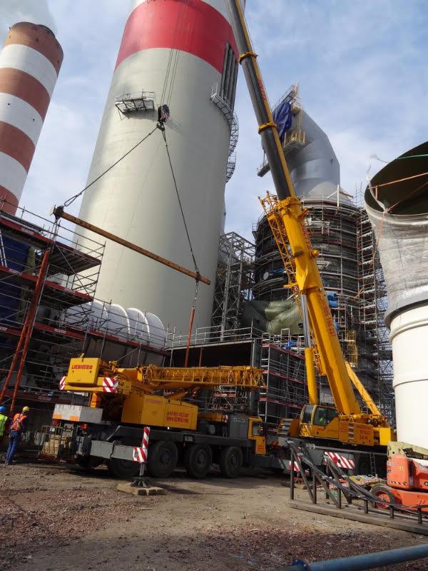 Prace dźwigów Sołtys na terenie elektrowni w Rybniku