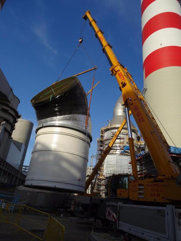Kolano gotowe do zamontowania, w tle komin elektrowni w rybniku oraz dźwigi FUSUB Sołtys.