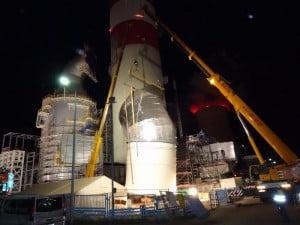 Ciężki dźwig Lieberr LTM 125 o udźwigu 250 ton jest idealny do tego typu zadań.
