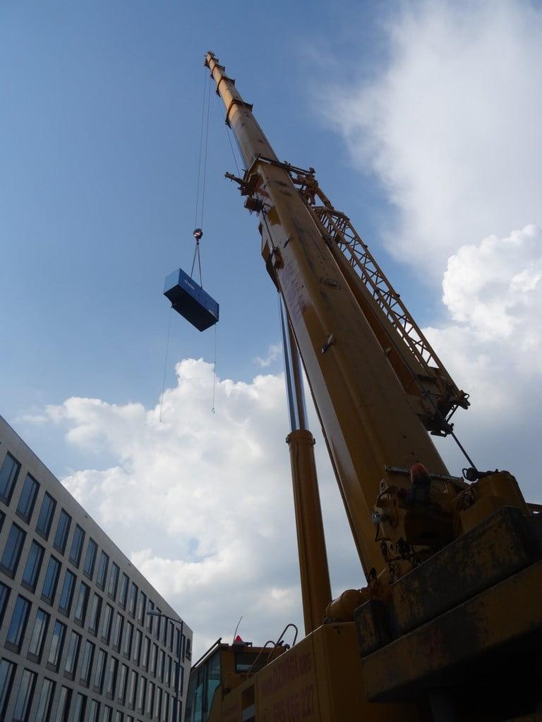 Dźwigi Katowice - podnoszenie elementu na górę budynku.