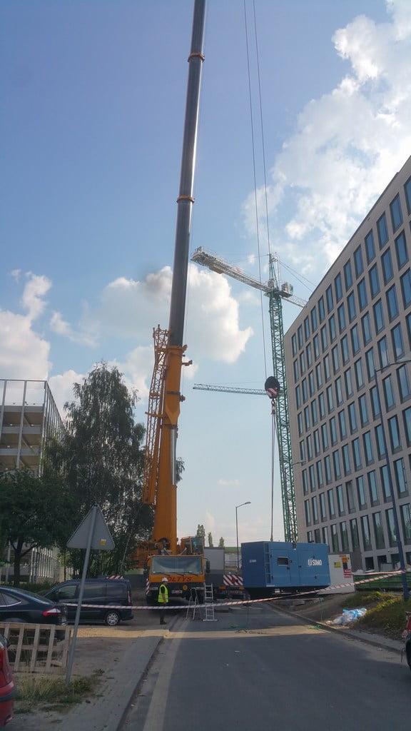 Dźwig 250 ton podczas pracy w rejonie miasta Katowic - wniesienie klimatyzatora.