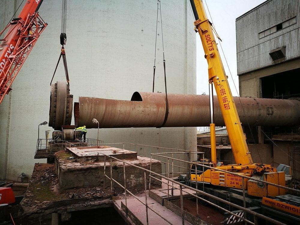Dźwig wynajęty do demontażu pieca obrotowego w cementowni Cemex.