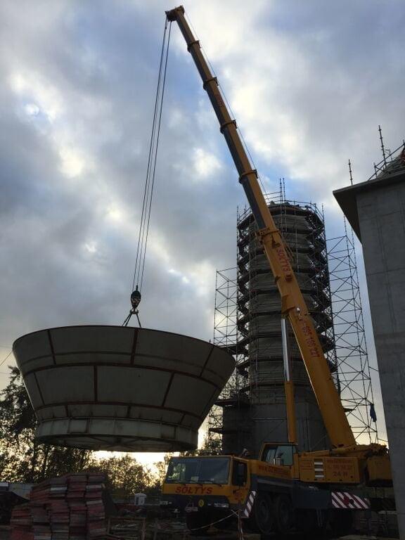 Prace budowlane na terenie elektrociepłowni z wykorzystaniem dźwigów formy FUSUB Sołtys.