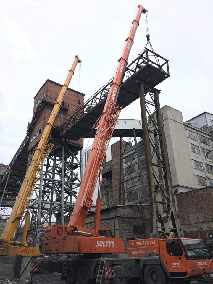 Dźwigi firmy Sołtyś w trakcie montażu na terenie Kopalni w Rudzie Śląskiej.