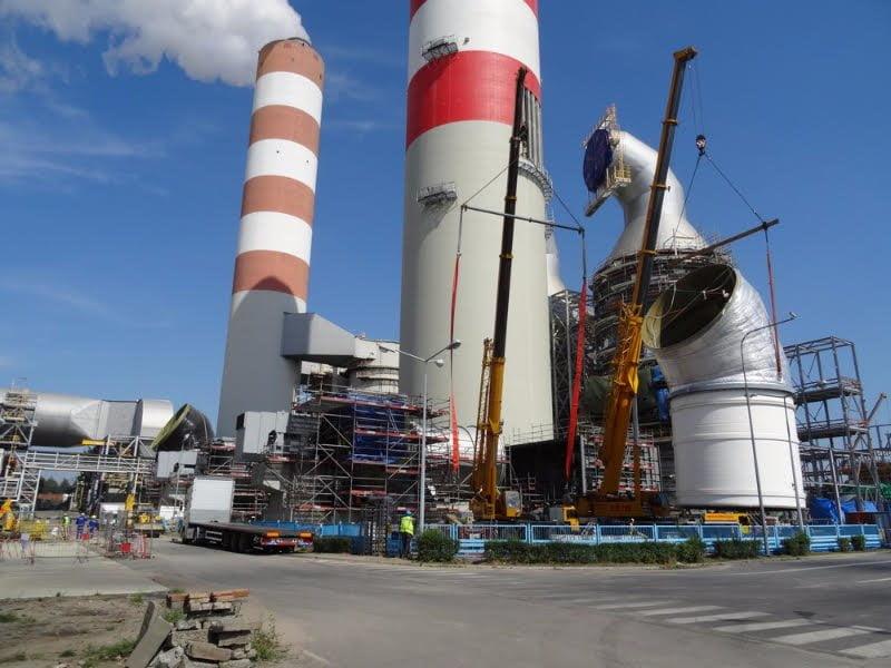Dźwigi firmy Sołtys uczestniczące przy obracaniu komina w elektrowni w Rybniku.