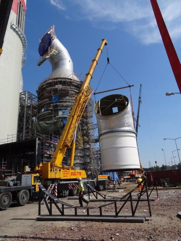 Wynajem dźwigów firmy Sołtys do obrotu komina w elektrowni.