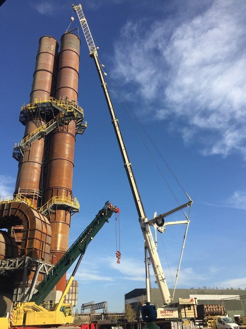 Montaż komina w Hucie Katowice z użyciem ciężkiego dźwigu.