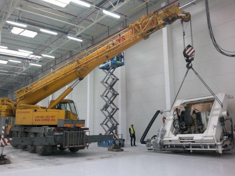 Wynajem dźwigu do montażu maszyn w hali produkcyjnej w Gliwicach.