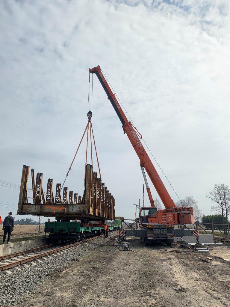 Dźwigi Sołtys w trakcie demontażu mostu nad Ukrainą.