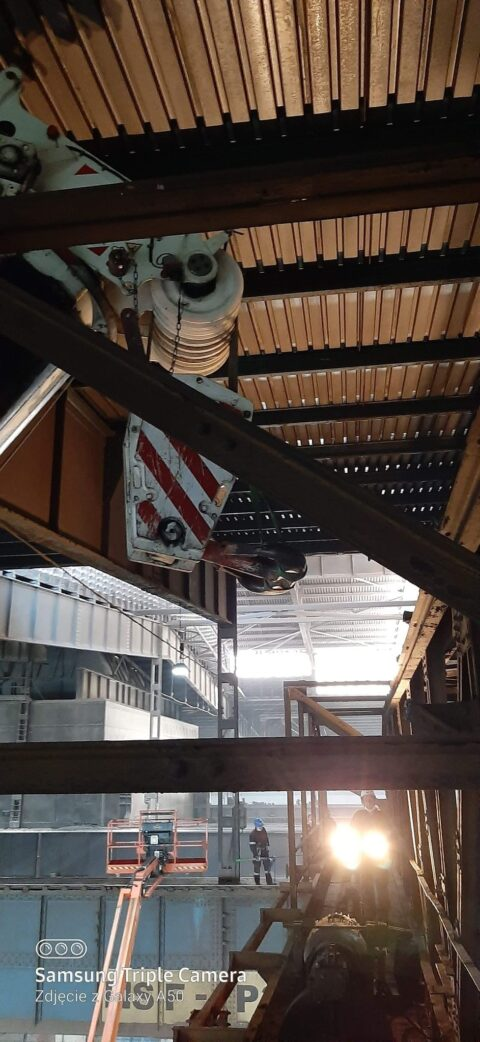 Gliwice - demontaż suwnicy wewnątrz hali przez żuraw 350 ton DEMAG AC SSL 350