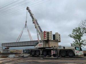 Wynajem dźwigów do montażu mostu w Lubaczowie.