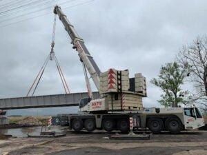 Usługi dźwigowe Lubaczów - montaż mostu.
