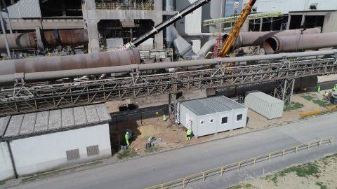 Wynajem dźwigów przez firmę z doświadczeniem. Rozbiórka cementowni w Rudnikach we współpracy z firmą Mega-Pol.