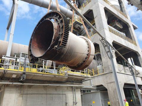 Realizacja najcięższych podnoszeń przy użyciu dźwigów formy Sołtys. Rozbiórka cementowni w Rudnikach we współpracy z firmą Mega-Pol.