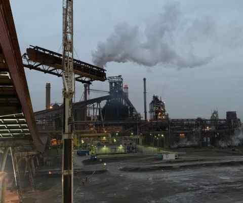 Dźwigi wynajem - usługi dźwigowe świadczone przez profesjonalistów w Katowicach. Realizacja demontażu nośnicy w Hucie Katowice. Dąbrowa Górnicza 2021.