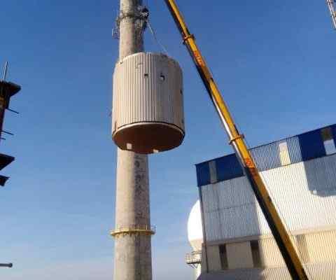 Dźwigi wynajęte do demontażu cementowni w Małogoszczy.